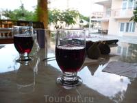 Вечером в отеле хорошо сидеть во дворе под навесом,попивая вино и шарясь в интернете