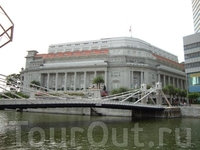 на правом берегу Сингапур - отель Fullerton в стиле ар-деко. В здании, названном в честь британского губернатора, на протяжении нескольких лет располагались ...