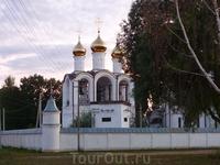 Действующий женский монастырь в черте города, освещен лучами заката