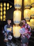 А ночью японские фонарики намного красивее, чем днем