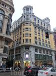 В этом здании расположился огромный книжный магазин La Casa del Libro (Дом Книги)- 5 этажей абсолютного счастья на испанском языке. Я застряла там на час ...