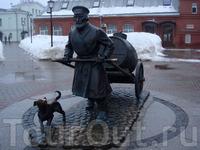 Памятник Водовозу перед зданием Водонапорной башни