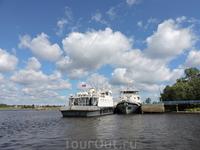 Рядом два корабля. Они, кстати, закрывают вид на саму крепость и на озеро.