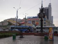 Торговый центр – «Кольцо» и уличные часы. Здесь стояли наши автобусы, которые доставили нас обратно на наш теплоход. Это было очень кстати, т.к. начался ...