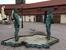 Музей Франца Кавки. Мужчины, писающие в резервуар, напоминающий по очертаниям Чехию. Один символизирует Германию, а второй - Советский Союз во время второй мировой войны. Мужчины двигают бедрами и пен