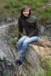 На том же самом узком и опасном выступе скалы, внизу несколько десятков метров пропасти, вода и камни...