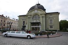 театральная площадь и естественно театр