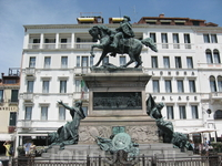 Памятник местному герою на набережной Славян.