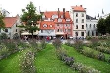 Говорят, что рижская площадь Ливу похожа на парижский Монмартр