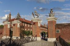 Hampton Court Palace. Дворец Генриха  и его жен. Замок с парками, садами и замечательной интерактивной экспозицией. На кухне готовится еда, а в замке можно ...