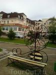 В завершении моего шествия по набережной ещё одна скамейка. Неподалеку ЗАГС и спинка скамейки  с замками наивных молодоженов...