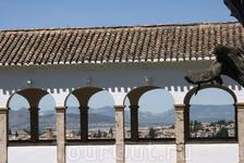Вид на город через арочную галерею