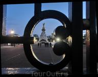 Вид через решетку Грин Парка на памятник королеве Виктории.