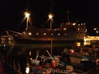 Старинный фрегат в гавани. В нем находится ресторан.
