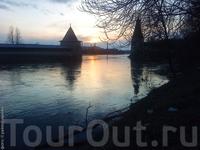 Вечер. Место впадения Псковы в Великую (вид с правого берега Псковы).