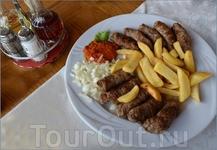 Говорить о словенской кухни можно много...Лучше покажу. Это блюдо называется кебабчичи.