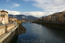 Город раскинулся на реке Зальц(Зальцах),которая разделяет город на новый и старый.