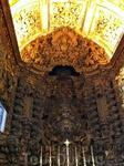 Католические храмы, алтарь вырезан полностью из дерева, часть его покрыта золотом, а часть не успели)