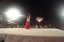 Явно русская девушка - танец живота, который танцуют похоже только у нас