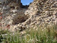 многие памятники крепости превратились в руины.