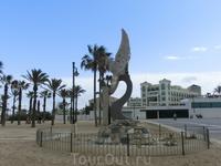Пляж является ближайшим к центру города, а самым знаменитым является La Playa de Malbarrosa, до нее мы не добрались.  В начале аллеи звезд стоит памятник ...