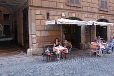 На каждой улице есть где перекусить. Мы выбирали малолюдные улочки, хотя в центре найти их трудно.