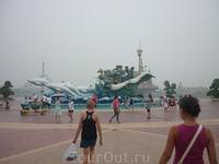 фонтан на входе в парк аттракционов