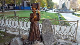 Деревянные скульптуры на курортном проспекте