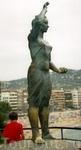 Памятник Рыбачке, провожающей рыбака в море.