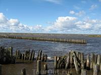 Берега Муньги раньше были укреплены бревнами. Сейчас это выглядит так.