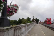 Мост через Темзу и тоже с цветами!