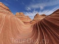 Почти 200 миллионов лет назад эта область была песчаной пустыней. Дюны веками превращались в твёрдые скалы, состоящие из вертикальных и горизонтальных ...