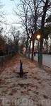 Парк медленно погружается во тьму, зажигаются фонари. В такое время здесь так прекрасно летом, а вот зимой становится холодно.