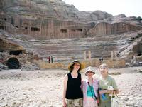 вырубленный из камня римский амфитеатр на 3 тыс. зрителей