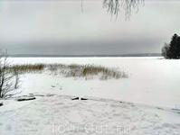Замерзший залив. И вот тут наш фотоаппарат решил омрачить нам поездку и сел... внезапно и без предупреждения. Пришлось остальное щелкать на телефон