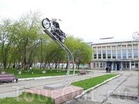 памятник мотоциклу, около музея