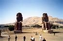 Статуи Мемнона – поющие на заре. Аменхотеп III выстроил храм в некрополе города Фивы, который охраняли у ворот две гигантские статуи. Высотой они – 23 ...