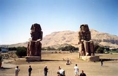 Статуи Мемнона – поющие на заре. Аменхотеп III выстроил храм в некрополе города Фивы, который охраняли у ворот две гигантские статуи. Высотой они – 23 метра, а вес их – около 700 тонн. Несмотря на то
