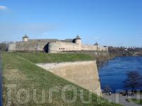 вид из Нарвской Крепости на Ивангородскую