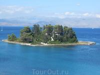 Островок Понтикониси, или Мышиный остров, находится неподалеку от Канони. Мышиным его называют за то, что белая лестница напоминает мышиный хвост. Лестница ведет к древнему полуразрушенному монастырю