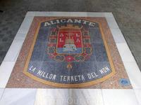 На выходе из лифта - большой герб Аликанте, на котором красуется крепость. Надпись гласит что Аликанте - лучшая земля во всем мире.