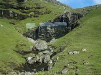 множество небольших водопадов стекающих с гор