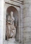 Горгульи на Соборе замечены не были, но вот статуи и медальоны с гербами здание все-таки украшают.