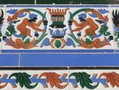 Плитка, украшающая галерею на втором этаже.