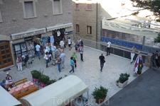 Петляя по серпантину вверх,добрались до площадки,где  автобусы припарковались,а туристы  отправились в магазин дегустации вин,рядом масса всяких мелочей ...