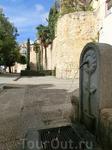 В районе худерии хорошо видны крепостные стены и башни городской стены. Здесь тихо, уютно, почти нет вездесущих туристов с палками селфи.