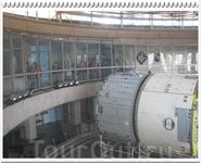 На 4 этаже находится застеклённая смотровая площадка, с которой открывается вид на бассейн. Тут же можно посмотреть короткий фильм о работе гидролаборатории ...