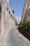 Улочка с берега вверх в город