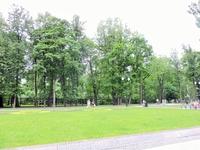 Рядом находится главный вход в парк, здесь установлены скамейки и бесплатно раздается Wi-Fi