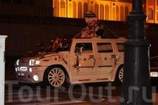 Праздник- 37 лет со дня образования ОАЭ.Все машины украшены флагами, лентами, цветами , плакатами с изображением местных правителей.